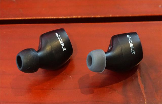 画像: 左が「FALCON」(イヤーチップは付属品から交換済み)、右が「FALCON2」。イヤホン本体のサイズは同一だ