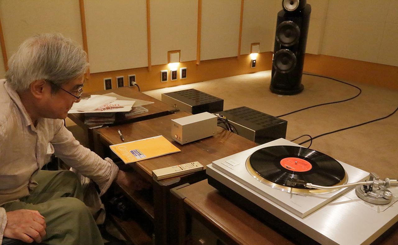 画像: MM、MCの双方のカートリッジで試聴する吉田氏。