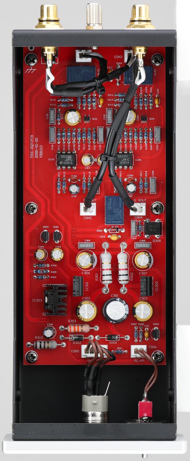 画像: 内部を見る。1枚の基板にディスクリートでパーツが取り付けられている。中央付近にはJRCの2回路入り低雑音オペアンプ5532Dを2基搭載、チャンネル毎に1基使用し±0.5㏈のRIAA偏差を得る。
