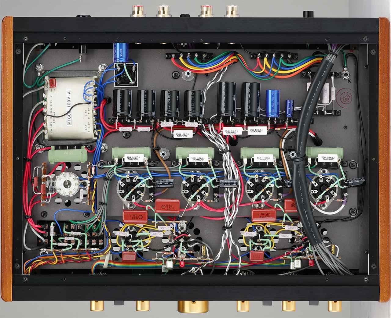 画像: 底板を外して見る。内部はプリント基板を使わないリード線による配線。コンデンサー類もラグ板を使ってきれいに配置されている。
