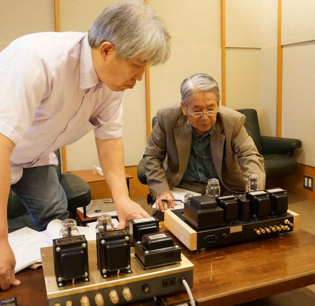 画像: 特集「直熱管パワーアンプの鮮やかで深遠な世界/最新17機種の試聴」は、直熱3極管ならではの高純度で奥深い音の魅力に迫ります。試聴は三浦孝仁氏(左)と高津 修氏(右)です。出力管や回路構成の特徴を探りながらじっくりと取材しました。
