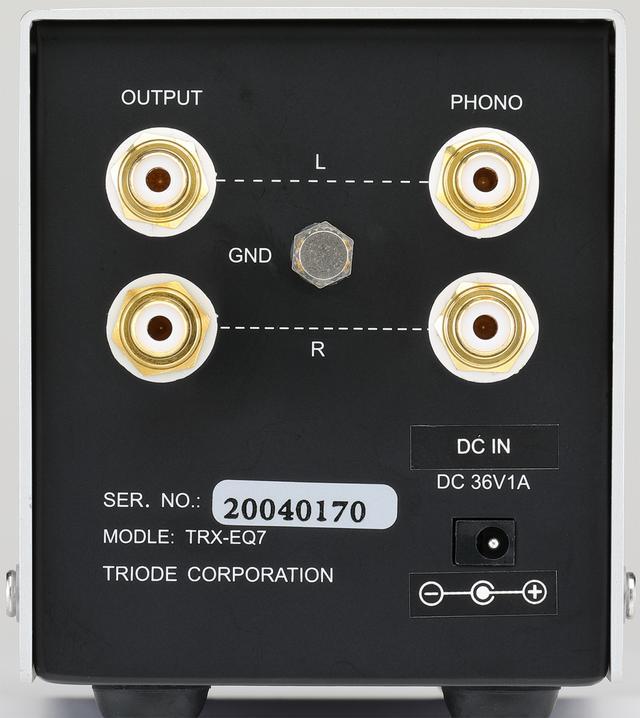 画像: リアビュー。入力、出力ともに1系統で、入力端子はPHONOと記された右側。MM/MCの切替えはフロントパネルのスイッチで行なう。