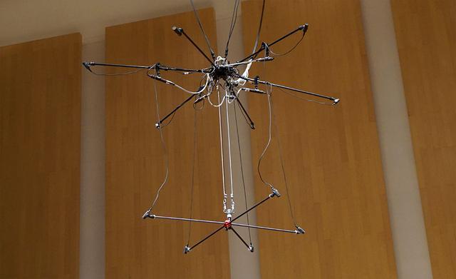 画像: 天吊りされたマイクツリー。写真下段が5.1ch用、上段がハイトレイヤー用でそれぞれ5基のマイクを備えている。今回はこのマイクで収録したサウンドをメインで使用した