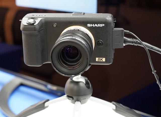 画像: ▲スリムでフラットなデザインの8Kカメラ