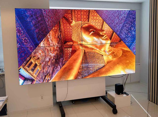 画像: ▲こちらは60インチの4Kディスプレイを4面組み合わせて8K表示可能なインフォメーションディスプレイ「PN-V605H」。狭額縁化しているので、画面の継ぎ目が目立たないようになっている