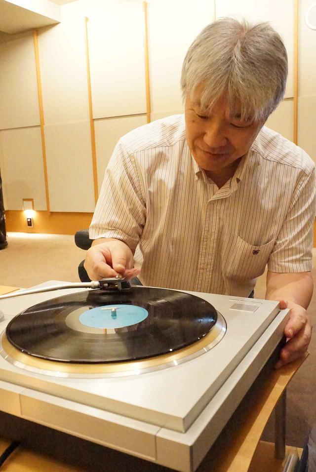 画像: 試聴する三浦氏。アナログプレーヤーはテクニクスSL1000R。