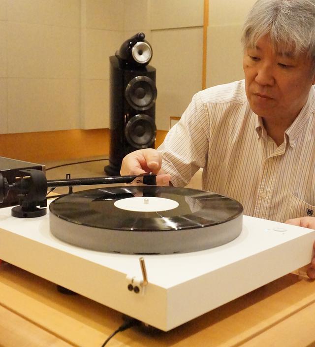 画像: プロジェクトX2を試聴する三浦氏。