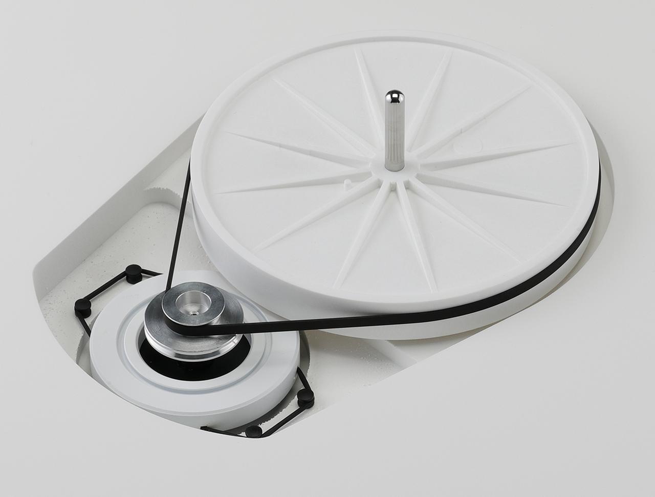 画像: ACシンクロナスモーターはシャーシにラバーでデカップリングマウントされる。回転数切替えスイッチをシャーシ左手前に備え、プーリーへのベルト掛け替えにより78回転に対応する。