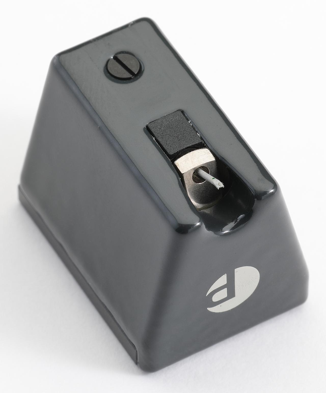 画像: MC型カートリッジPICK ITDS2 MCのボディは電気絶縁性に優れたポリアミド樹脂製で、天面にメタルプレートが配される。スタイラスは8µm/18µmの楕円形状。