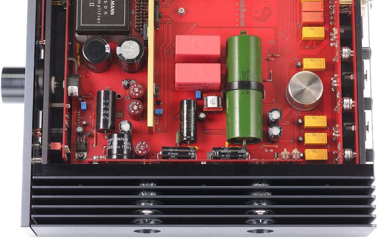 画像: chごとに2本のテレフンケン製3極5極複合管PCF803を使用。ヒートシンクを貫通する形で本体側面部に配される。