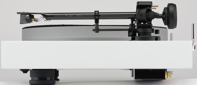 画像: プラッターは30mm厚アクリル製。9インチストレートアームは軸受け部を低摩擦の4点支持構造として安定したトラッキングを実現する。軸受け部近傍の六角ネジを緩めることでアジマスの調整が可能。シャーシはMDF製で、高さ調整可能な底面のフットは3点支持。