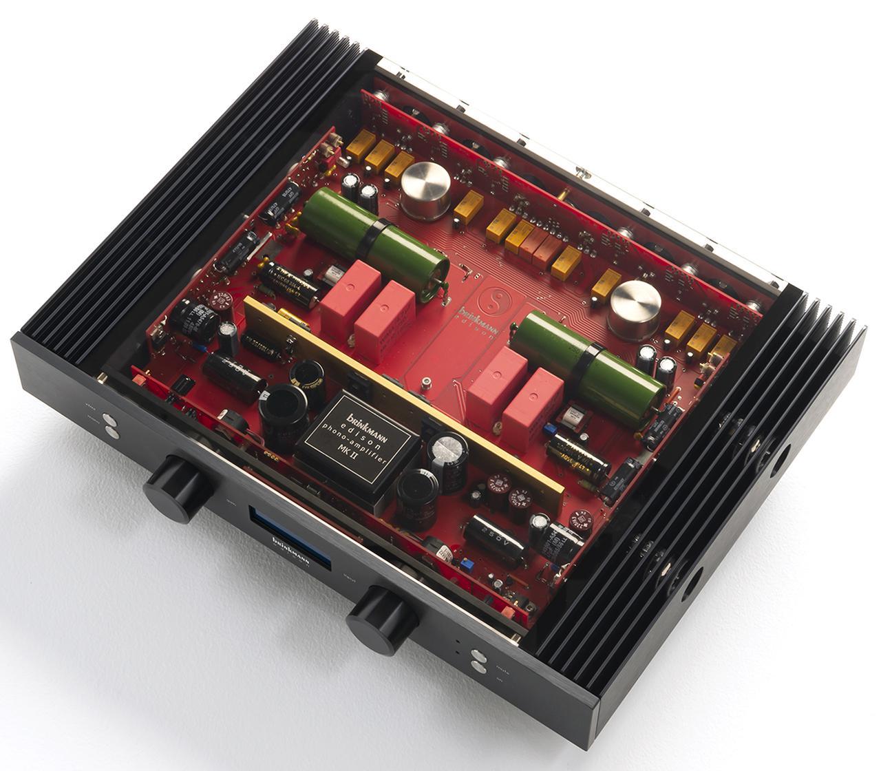 画像: ガラス製天板の内部を見る。ゲインステージを半導体、イコライザー回路を3極5極複合管のテレフンケン製PCF803で構成するハイブリッド構成。リアパネル側にルンダール製入力トランスを装備。フロントパネルの「xfmr」切替えスイッチによってトランス受けのバランス入力が可能になる。