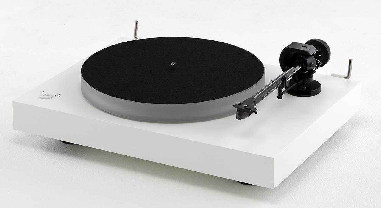 画像: 堅実な物作りで定評があるPro-Jectのレコードプレーヤー「X2」は力強く厚手の音を聴かせる。同時期発売のMC型フォノカートリッジ「PICK IT DS2 MC」は音の立ち上がりが俊敏だ