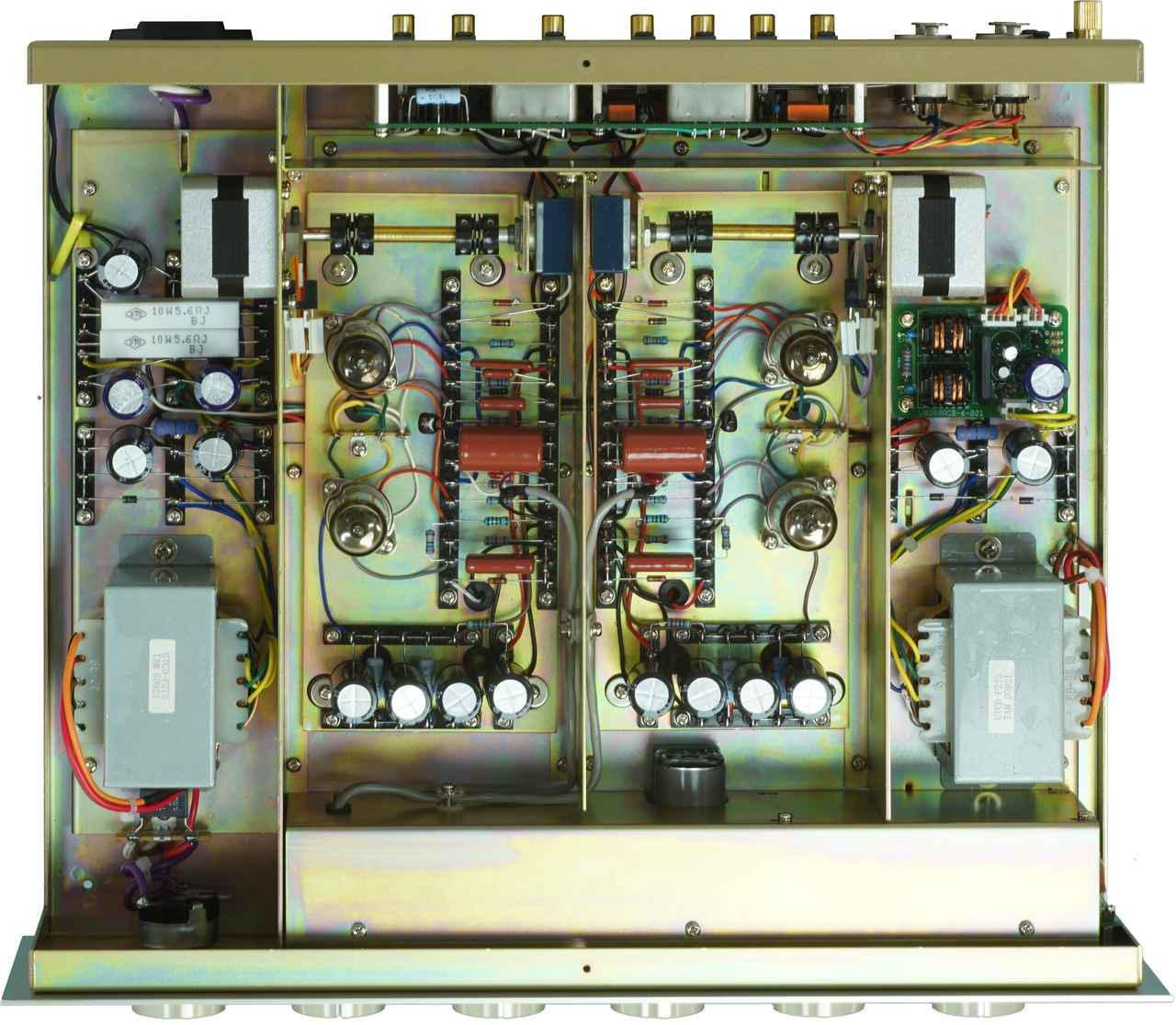画像: 内部はL/Rチャンネル独立コンストラクションが見て取れます。L/R独立のボリュウムはリアパネル近くに最適配置され、ステッピングモーターで駆動。信号経路は従来比1/7に短縮されています。