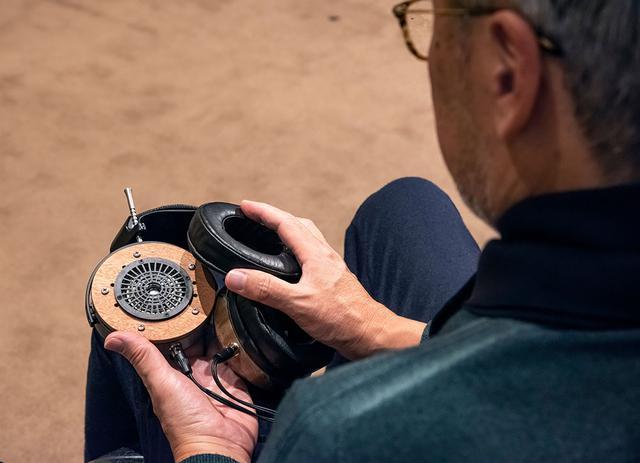 画像: 本文にもある通り2種類のイヤーパッドが付属しており、それぞれの音の違いを楽しむことができる。パッドはハウジングの縁に沿ってかぶせる方式なので、交換も簡単だ