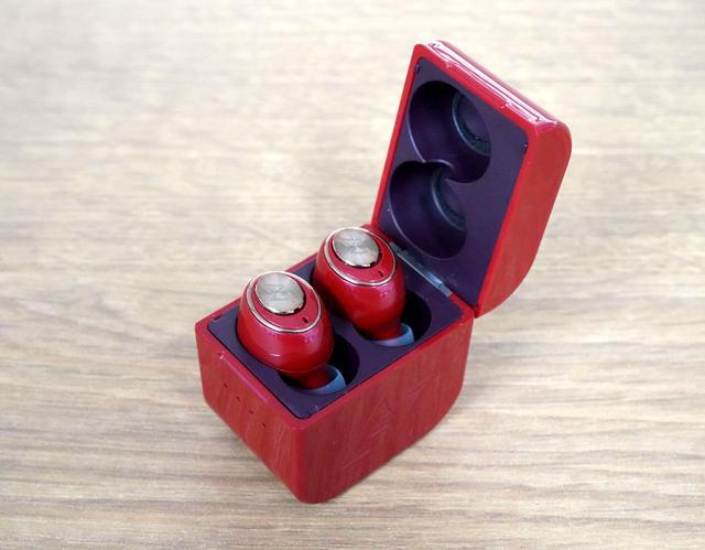 画像: 充電ケースは横開きという珍しいタイプ