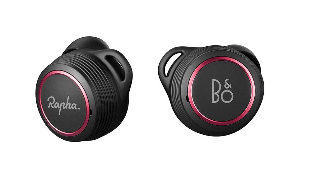 画像: 左右それぞれのイヤホンに「Rapah」と「B&O」のロゴがあしらわれている