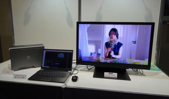画像: 先日シャープで開催された「8K映像関連機器展示会」で展示されていた31.5インチの8Kディスプレイも鎮座していた