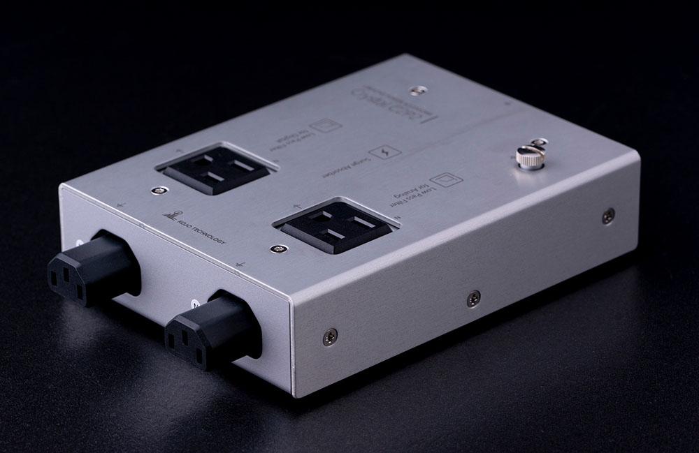画像: 「C2P2」の反対側。既発売の同社製タップをつないで拡張できるように、連結コンセントが準備されている
