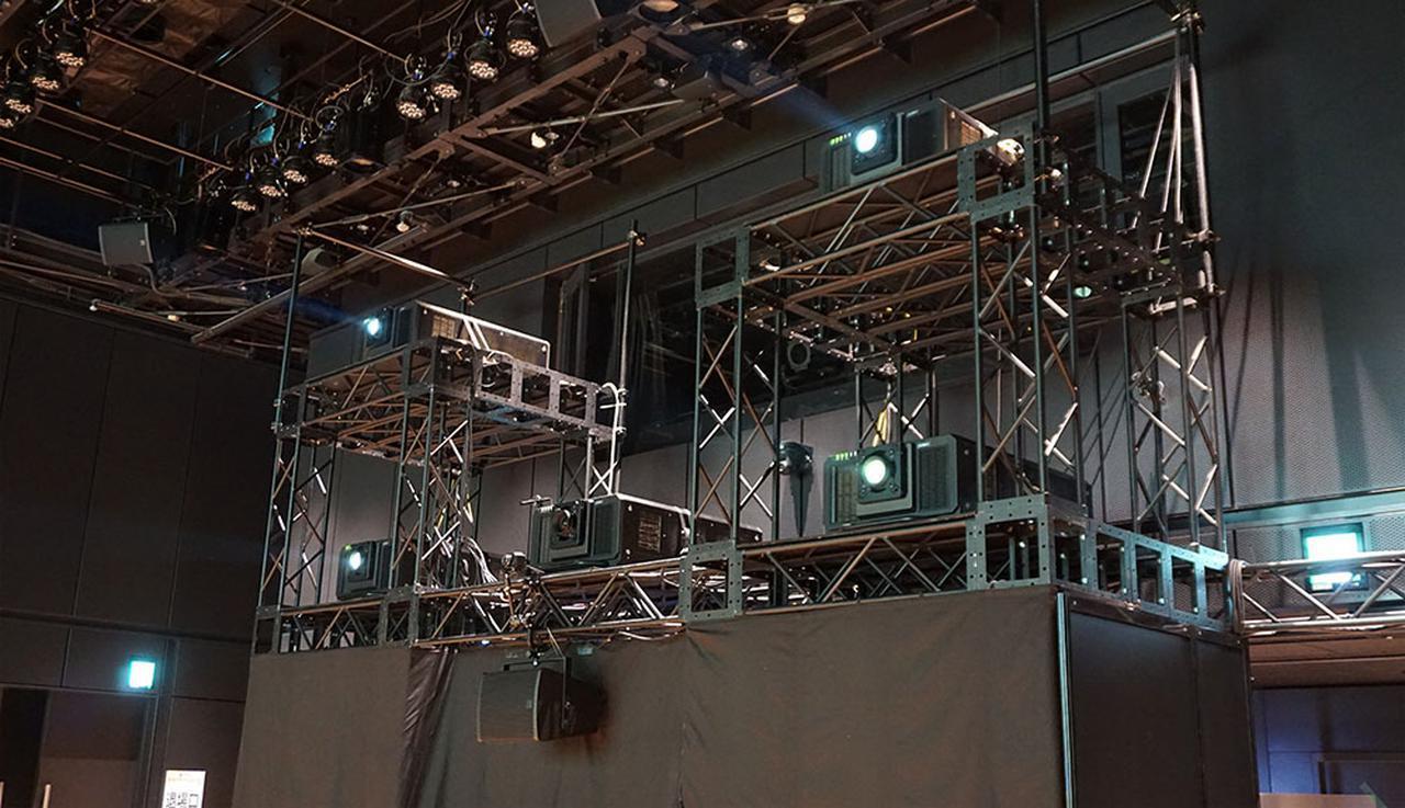 画像: パナソニックの4Kプロジェクターを4台使って、高精細で明るい8K映像を投写している