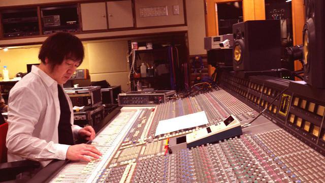 画像: エンジニアの飯尾芳史は佐橋佳幸と共に主題歌の編曲も担当している ©2019 株式会社 音響ハウス