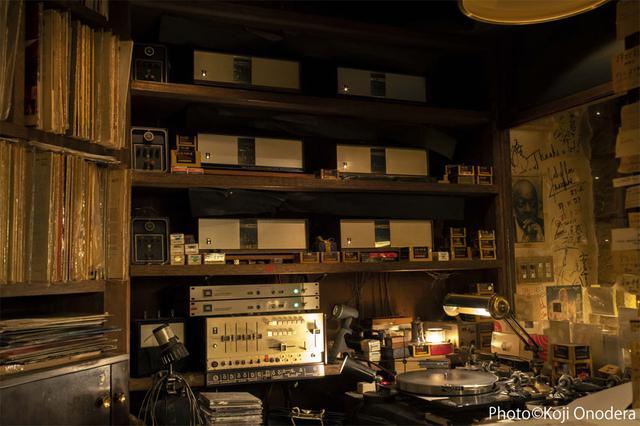 画像: 菅原さんがレコードをかけるコントロール・ブース内には、約半世紀にわたって使い続けている米国JBLのアンプやスコットランドLINNのアナログプレーヤーなどが並ぶ。