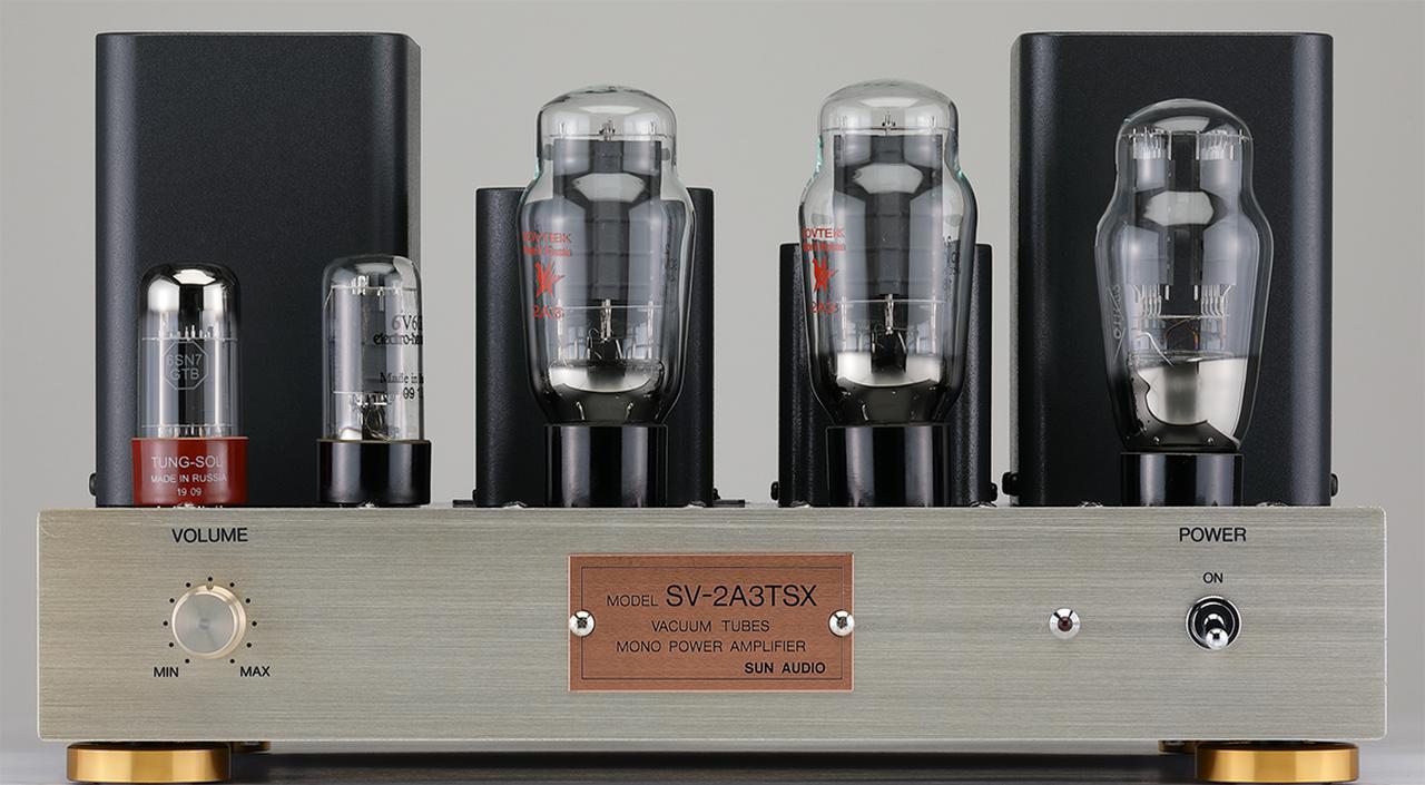 画像: フロントパネルはシャンパンゴールド仕上げのアルミ製、右側に電源スイッチ、左側に入力ボリュウムを備える。真空管は、左から6SN7GTB(TUNG-SOL)、6V6GT(Electro-Harmonix)、2A3(SOVTEK、2本)、5U4G。