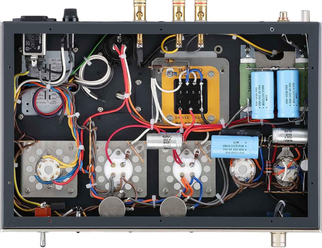 画像: 内部。配線はプリント基板を使用しないリード線タイプ。出力管のすぐ手前にハムバランサーを配置。金メッキ端子の真空管ソケットを採用し、2A3用ソケットのUX4Pは山本音響工芸製を使用。