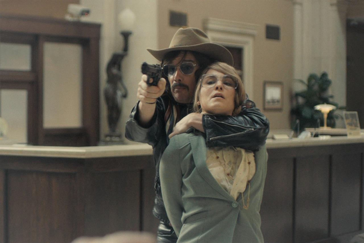 画像: ボブ・ディランを歌うラースはアメリカに憧れを抱き、『イージー・ライダー』にも影響を受けているという設定。衣装にもそれが色濃く出ている