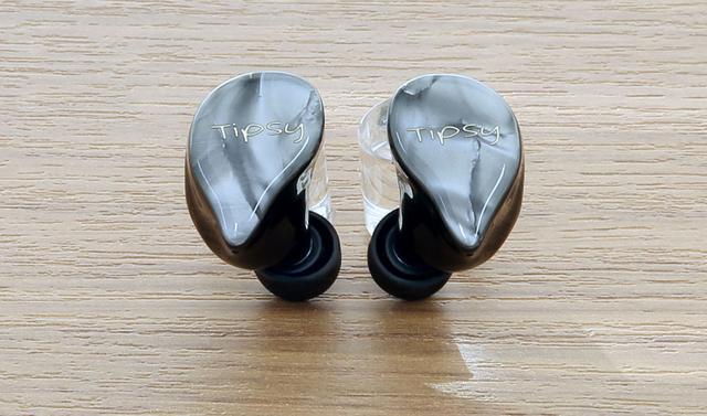 画像: ▲「TM1」のハウジングの形状は、涙滴型(ティアドロップタイプ)の特徴的なもの。カスタムIEMの制作で培った装着性の高いデザインだ
