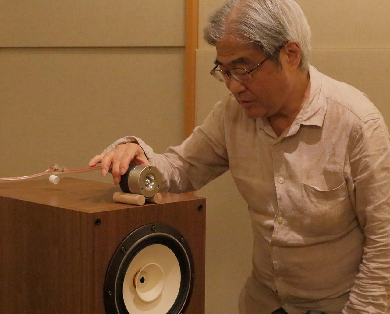 画像: FE208NSをマウントしたBK208NS上でトゥイーターの位置を確認する吉田氏。