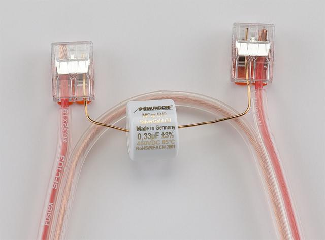 画像: T96Aの試聴で使用のネットワーク(参考)。トゥイーターの低域をカットするコンデンサーは、FE208NSに合わせて0.33µF(クロスオーバー周波数60kHz)を選択。FE108NSとの組合せでは0.22µF(同90kHz)を推奨。ドイツのムンドルフ製MCap Evo Silver Gold Oil、オイルを含侵させたメタライズドポリプロピレンフィルムコンデンサーを用いた。