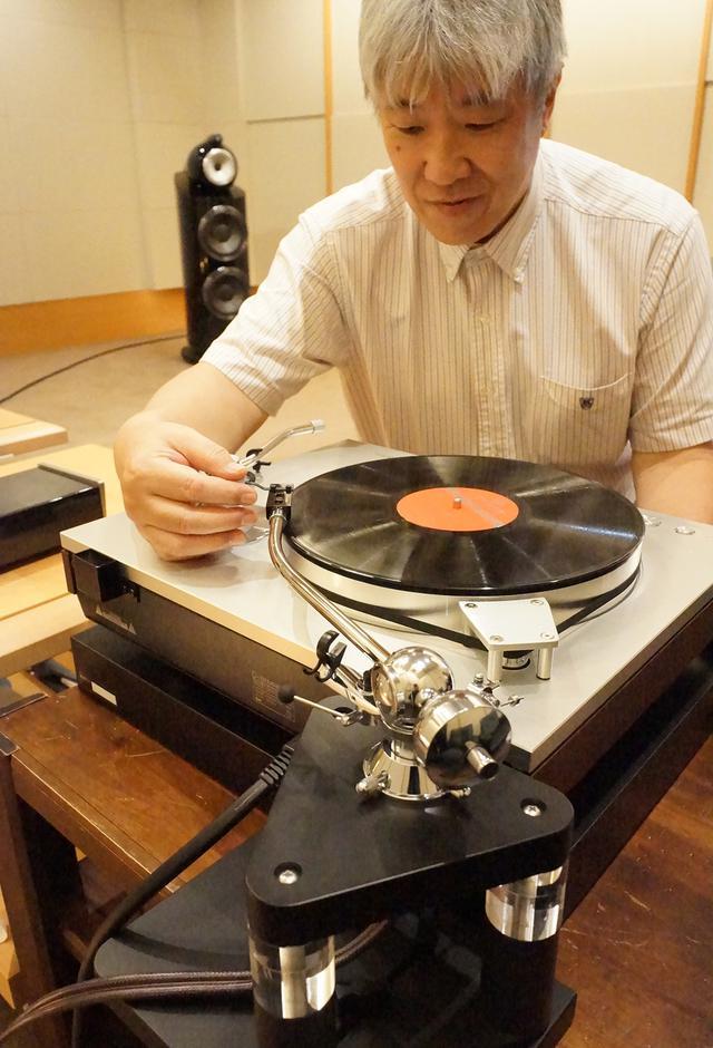 画像: 試聴する三浦氏。フェーズメーションPP2000、イケダサウンドラボズAMANEの2種のMCカートッジで試聴した。