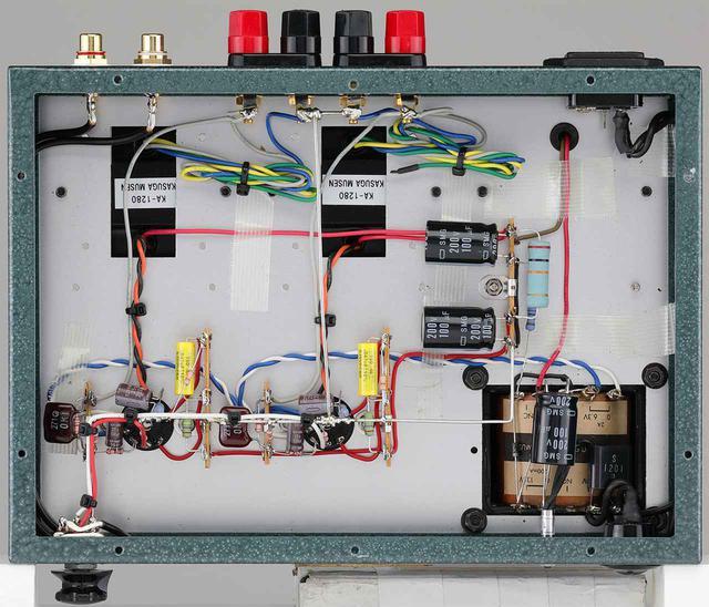 画像: 底板を開けた内部。プリント基板を使わずリード線による配線を行なう。シャーシは鉄製で、焼き付け塗装加工を施す。