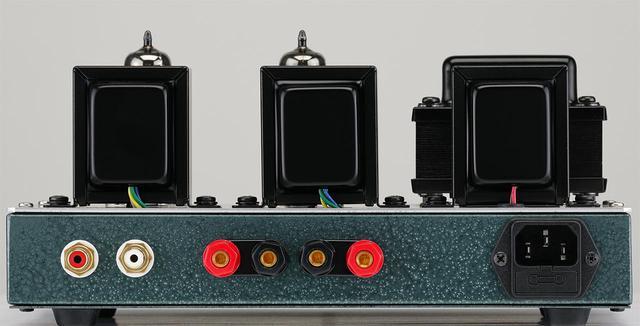 画像: トランスはフロント側に電源トランスKmB805を配し、後列はオリエントコアの出力トランスKA1280(左、中央)、チョークコイルKAC5120(右)。いずれも同社のオリジナル