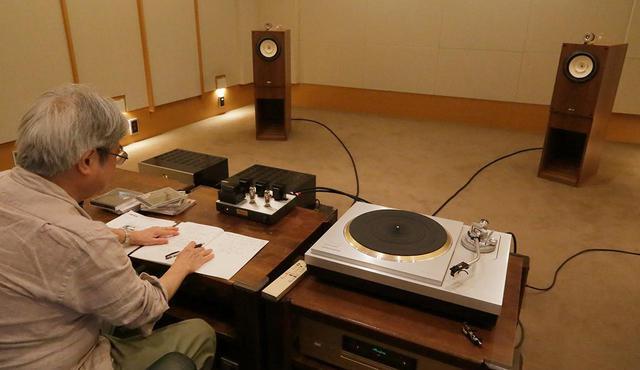 画像: 試聴する吉田氏。KA47SEは出力2.2Wのため、試聴には感度の高いフォステクスFE208NS(BK208NS)+T96A(162頁参照)を使用した。