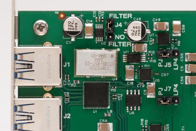 画像: 「NET Card FEMTO」と「USB Card FEMTO」にはフェムトクロック(Crystek CCHD-957)(写真中央の銀色の箱)が搭載されている。クロック上の「FILTER」で電源フィルターの設定ができる(写真はUSB Card FEMTO)