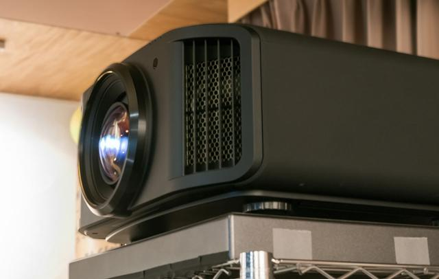 画像: 鳥居さんは、プロジェクターにJVCの「DLA-X9R」を愛用している。こちらでも明部、暗部の表現にはっきりとした違いが出てきたそうだ