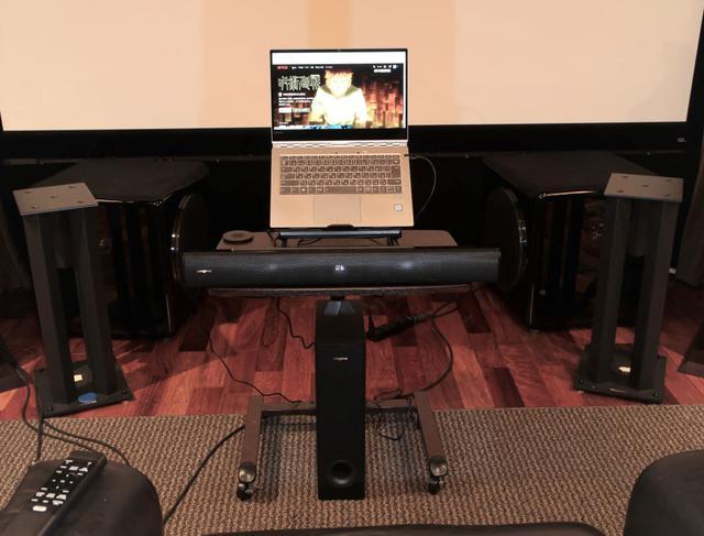 画像: パソコン用スタンドを使ってサウンドバーと組み合わせてみたところ