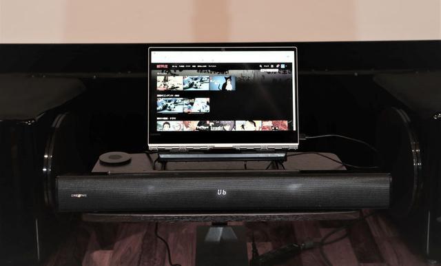 画像: 組み合わせたノートパソコンはYOGAタイプなので、タブレット形状にして設置したところ、サウンドバーとのマッチングもよく試聴できた