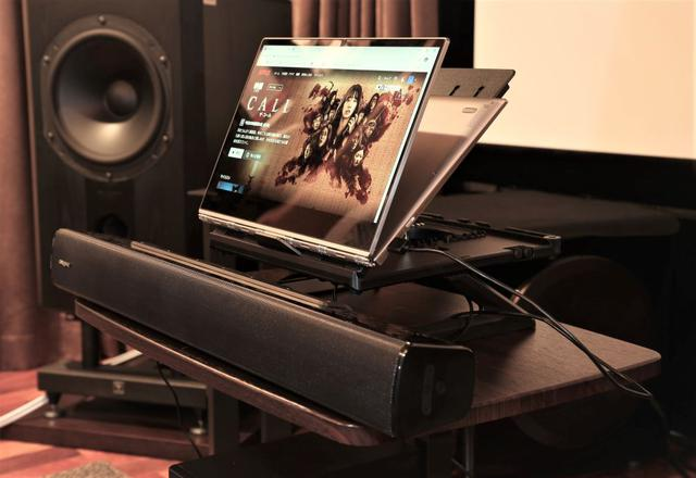 画像: システムを横から見た写真。ノートパソコンと組み合わせるために、机の上にさらにノートパソコン用スタンドを設置している。27インチぐらいのディスプレイと組み合わせると、画面下の空間にぴったり収まるぐらいのサイズ感
