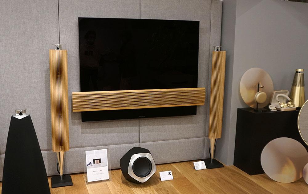 画像: 55インチ4K有機ELテレビの「Beovision Eclipse」やペンシル型のアクティブスピーカー「Beolab 18」なども展示され、その映像や音を体験できる