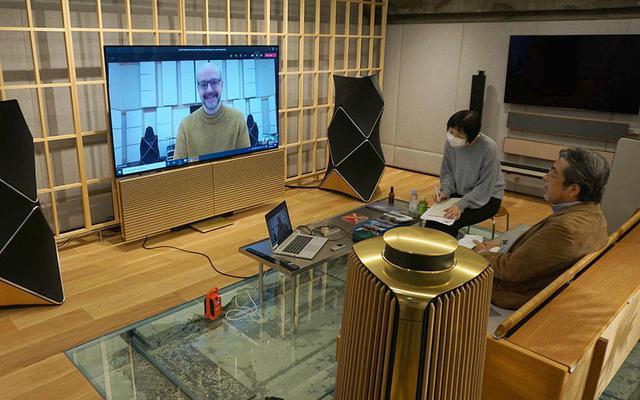画像: デンマークのオフィスとつないで、リモートインタビューを実施。画面はBeovision Harmonyに写し、音の再生&マイクにはBluetoothスピーカーの「Beosound A1」を使うという贅沢な構成だった
