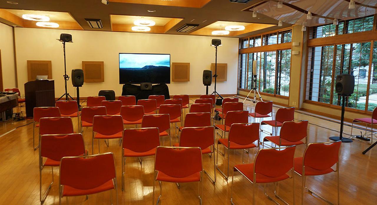 画像: こちらは12月8日に熱海で開催された、3Dオーディオ体験会の会場。85インチ8Kテレビと、4.1.4chシステムがセットされている
