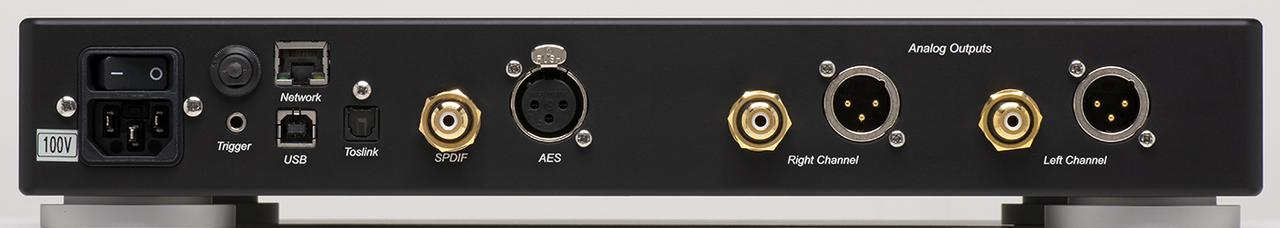 画像: PCやネットワークトランスポートと接続するためのUSBタイプB、ネットワークオーディオ用のLAN端子を装備する。なお、フロントパネルのヘッドホンアンプはオプション扱いとなる