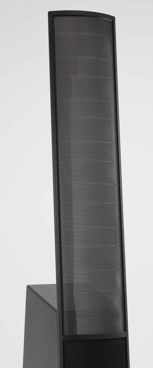 画像: ←400Hz以上の帯域を受け持つ静電パネルは寸法102㎝×22㎝。湾曲した形状で音の広がりを得る。金属コーティングしたポリエステルフィルムの極薄の振動膜が、丸孔が開けられた金属パネルの固定電極とスペーサーで支持される。