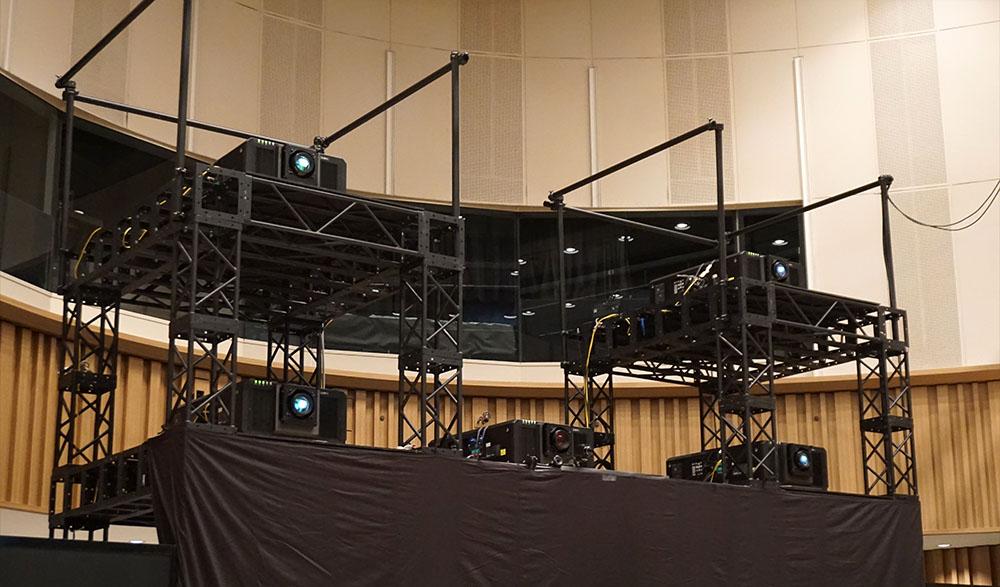 画像: 8K映像は4台の4Kプロジェクターを使って投写されている