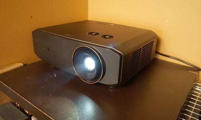 """画像2: 管球式映画館""""巣籠り生活""""充実作戦始動。10年ぶりのAVセンター導入に加え、JVCのDLPプロジェクターで4K/HDR対応に挑む!"""