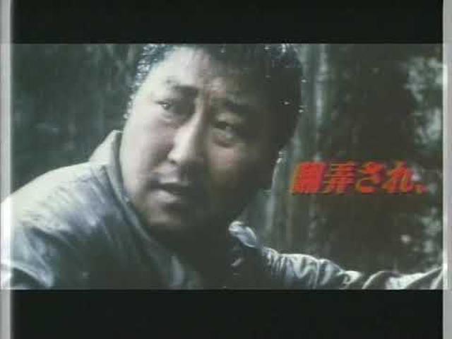 画像: 『殺人の追憶』日本版劇場予告編 予告編の最後に「この事件の犯人はまだ逮捕されていない」というテロップが出るが、2019年、映画のモデルとなった華城連続殺人事件の容疑者が、事件発生から33年ぶりに特定された。犯行現場に残っていたDNAを解析した結果、別件で刑務所に収監中だった56歳の男イ・チュンジェのDNAと一致。華城連続殺人事件を含めて14件の殺人と30件余の強姦事件について自白した。但し、2006年に時効が成立しており、その罪を問えない。 youtu.be