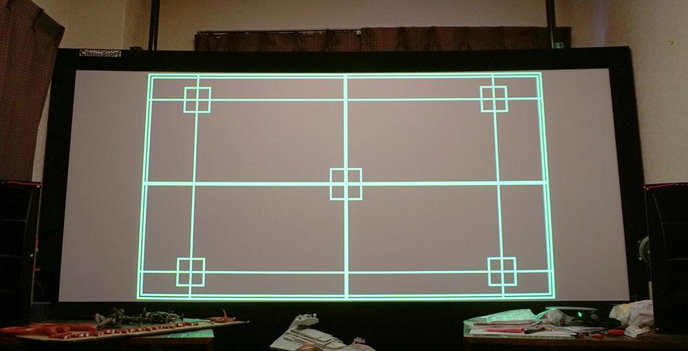 画像: 管球映画館では100インチのシネスコスクリーンを使っている。そのため16:9換算では110インチ前後の大きさが必要となる。今回は投写距離が約3mだったので、残念ながらスクリーンいっぱいに映像を投写できなかった